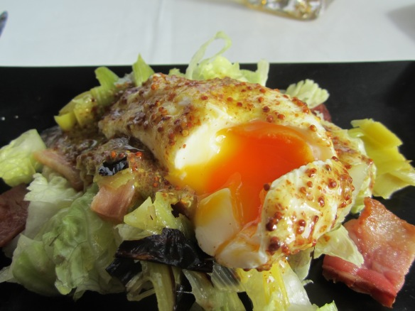 Ensalada con puerros a la plancha, bacon y huevo escalfado con vinagreta de mostaza-Cocinar con Milagros